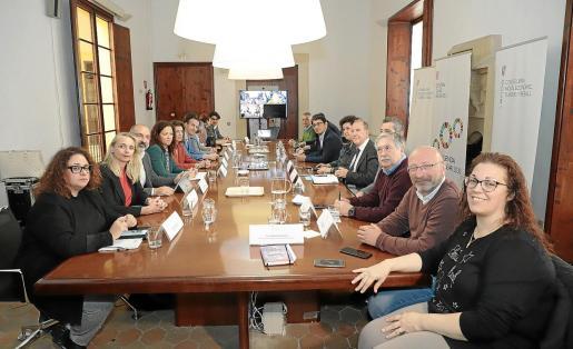 Govern, Consells y sector turístico, este lunes, en la reunión que tuvo lugar en la Conselleria de Turisme.