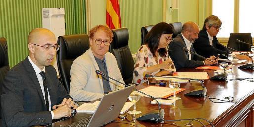 El director de la Oficina Anticorrupción, Jaime Far (el primero por la izquierda), en una intervención en el Parlament, la anterior legislatura.