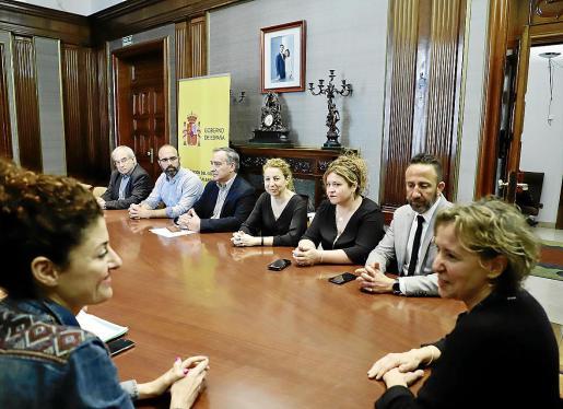 Los alcaldes y representantes de los municipios afectados por la borrasca entregaron ayer una carta a la Delegación del Gobierno pidiendo la exoneración de la ley de contratos. Fueron recibidos por la delegada Aina Calvo.