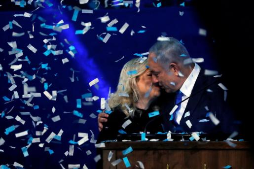 Benjamin Netanyahu besa a su mujer Sara para celebrar sus resultados.