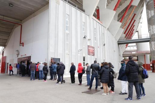 Los aficionados y socios han hecho colas desde primera hora para adquirir entradas.