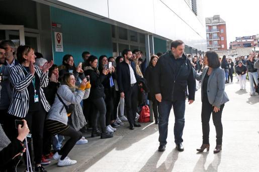 Junqueras llega al campus Manresa entre aplausos de los estudiantes.
