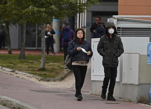 Dos personas salen este martes del Hospital Universitario de Torrejón de Ardoz, donde se concentra el principal foco del virus coronavirus en la Comunidad de Madrid.