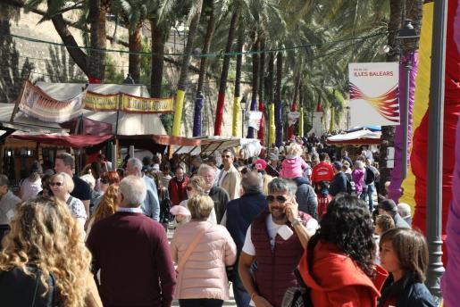 Gente paseando en Palma durante el Día de Baleares.
