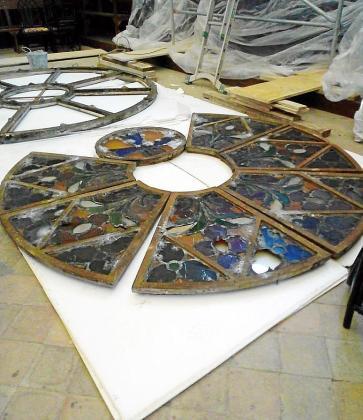 Los especialistas del Bisbat han desmontado estos días las piezas del rosetón que no se desprendieron durante el temporal.