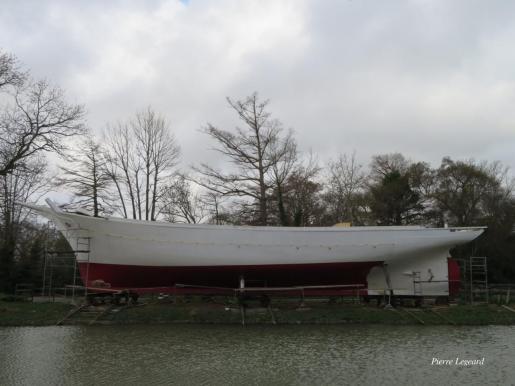 Aspecto del casco del velero mallorquín durante la restauración en Narbona, ya pintado y listo para su botadura.