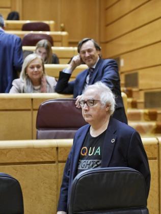 El ministro de Universidades, Manuel Castells, ha acudido con un look muy informal este miércoles a la sesión de control al Gobierno en el Senado.