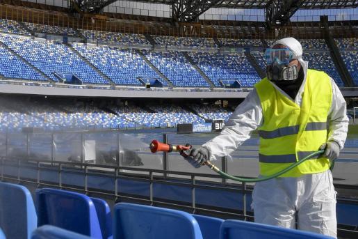 Un operador, desfinfectando el estadio San Paolo.