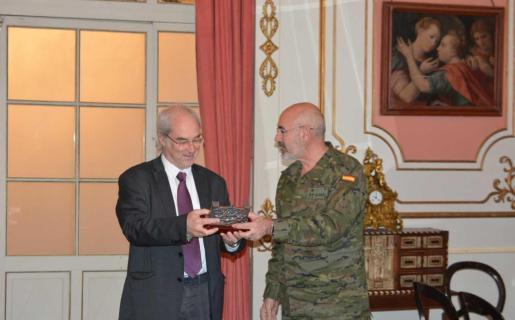 Fernando García Blázquez entrega la distinción a Ramon Morey.