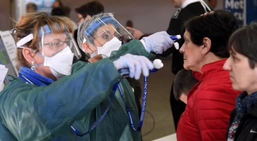 Personal médico realizando pruebas médicas.