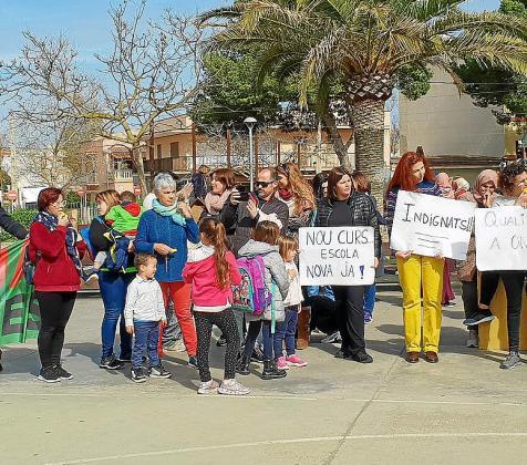 La comunidad educativa del colegio ses Comes se volvió a concentar en las puertas del centro para denunciar el mal estado de las dependencias y el retraso en las obras.