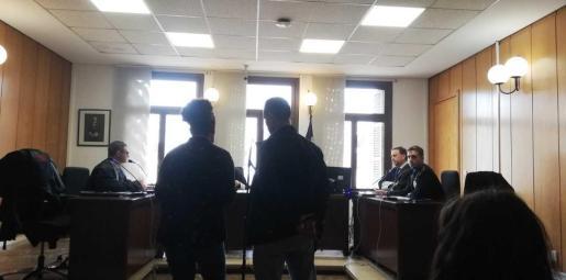 El acusado -a la derecha de la imagen- junto a una traductora ayer en Vía Alemania.