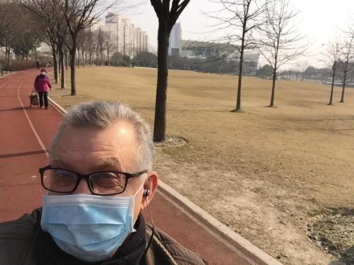 Carlos, con mascarilla, como todo el que vive en Shanghái.