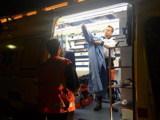 Un médico se prepara en el interior de una ambulancia.