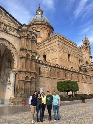 Adrià Roig, a la derecha de la imagen, junto a sus compañeros de piso, visitando la catedral de Palermo.