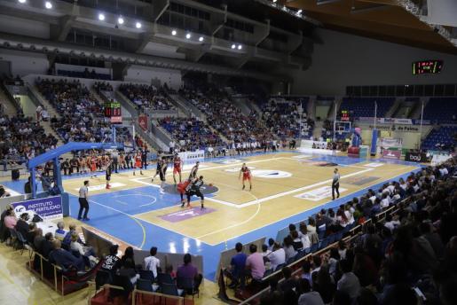 Imagen panorámica del Palau d'Esports de Son Moix durante un partido de baloncesto.