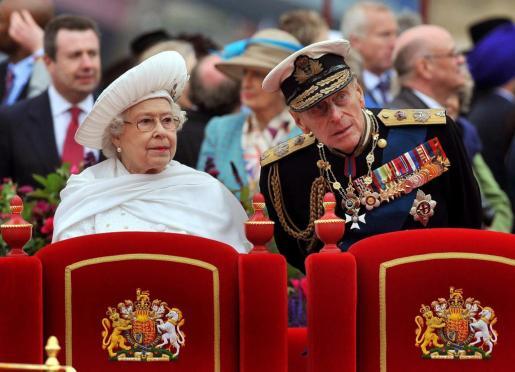 La reina Isabel II (i) y el duque Felipe de Edimburgo durante el desfile fluvial para conmemorar los 60 años de Isabel II en el trono-