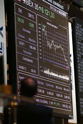 Un panel de la Bolsa de Madrid que muestra hoy como el principal indicador de la Bolsa española, el IBEX 35, se resistía a renunciar a los 6.000 puntos.
