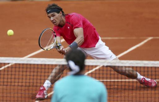 Rafa Nadal devuelve la bola a Juan Mónaco duranet el partido de octavos que les ha enfrentado en Roland Garros.