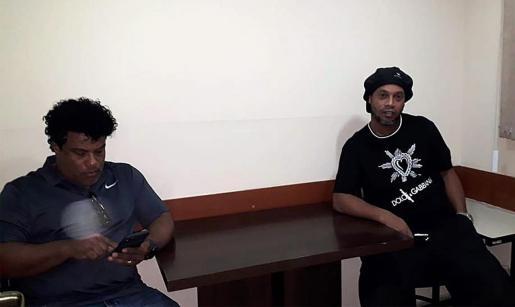 Ronaldinho y su hermano Roberto de Assis Moreira retenidos mientras en Paraguay.