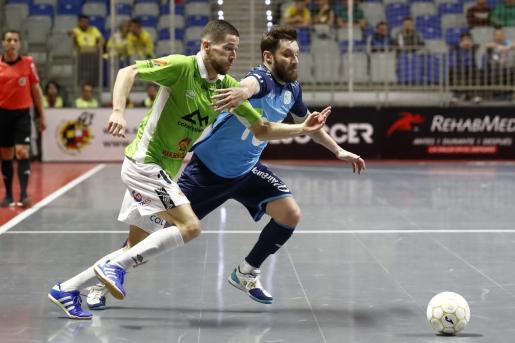 Raúl Campos intenta superar la defensa de Gadeia.