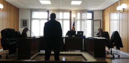 El acusado en la vista previa celebrada en un juzgado de lo Penal de Palma.