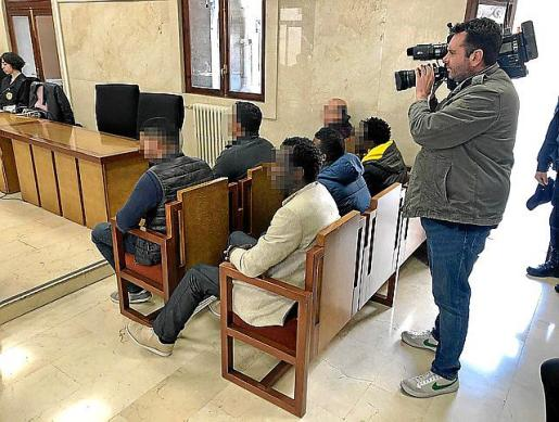 Los acusados y el intérprete de wólof, de beige en el banco de atrás, en la Audiencia de Palma.