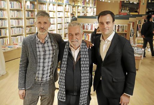 De izquierda a derecha: Pau Tobella, Rafel Nadal y Javier Arrévola, durante la inauguración de La Casa del Libro en Palma.