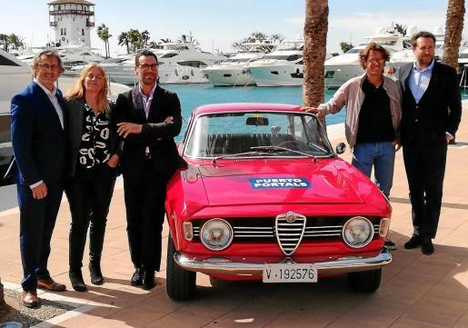 Rafael Abraham, Eva Serra, Álvaro Irala, Christian Dickmann y Toni Dezcallar, durante la presentación, junto a un Alfa Romeo de los años 60.
