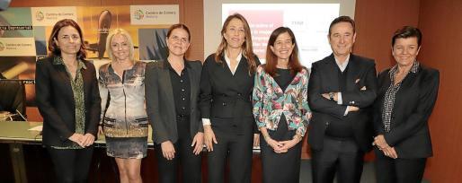 Paula Serra, Maite Antón, Esther Vidal, Encarna Piñero, Inés Juste, Manuel Bermejo y Carmen Serra, durante el acto de presentación.