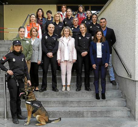 Mujeres relevantes de diferentes ámbitos se congregaron ayer en la Jefatura de la Policía Nacional.