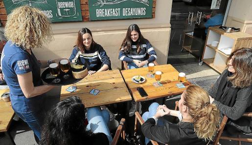 Cinco mujeres se disponen a tomar una cerveza en un bar de Palma.
