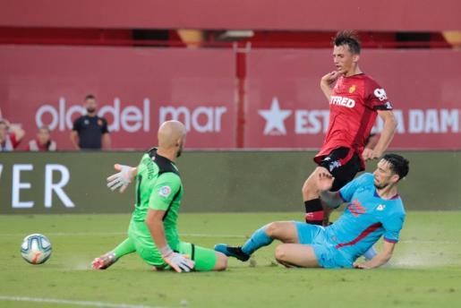 Ante Budimir, delantero del Mallorca, intenta superar a Dmitrovic durante el partido de la primera jornada, disputado en el estadio de Son Moix.