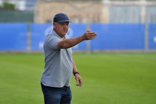 El técnico del Atlético Baleares, Manix Mandiola, da instrucciones durante un partido en el Estadi Balear.