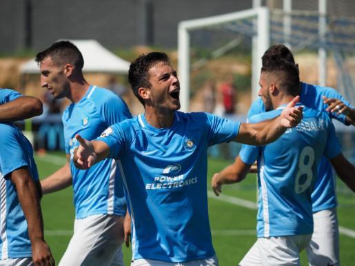 El delantero mallorquín de la UD Ibiza, Ángel Rodado, celebra un gol en Can Misses esta temporada.