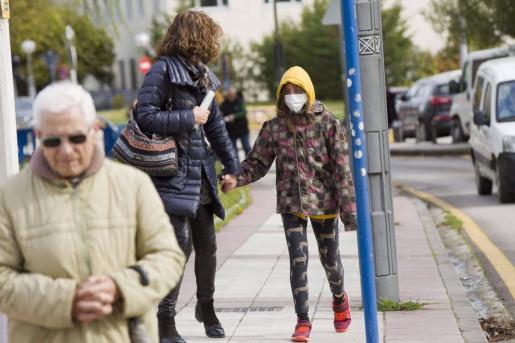 Una joven con mascarilla en el Hospital Universitario de Álava en Vitoria, donde este sábado se ha anunciado que los casos de coronavirus se elevan a 17 en Euskadi después de que se hayan confirmado 4 nuevos positivos en las últimas 24 horas.