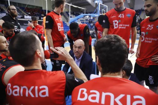 El técnico del B the travel brand Mallorca Palma, Félix Alonso, da instrucciones durante un tiempo muerto.