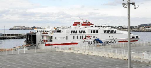 El buque «Alcántara dos», que cubría la ruta, amarrado en el puerto exterior de Ciutadella.