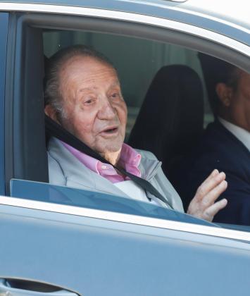 El rey Juan Carlos se dirige a los periodistas que esperaban en el centro Quirón Salud Madrid de Pozuelo de Alarcón.