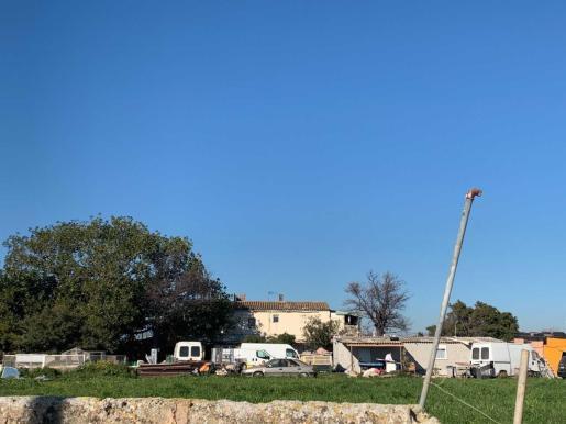 Imagen del asentamiento, donde actualmente viven cerca de 40 personas, además en la zona se acumula bastante suciedad. Los vecinos reclaman que se tomen medidas.