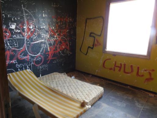 El interior de las otras dos edificaciones de la finca se encuentra lleno de pintadas, basuras y hasta colchones y tumbonas.