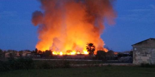 Las llamas se han iniciado en la finca Es Canyet.