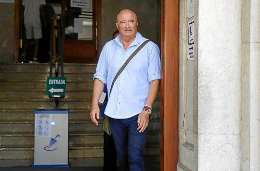 El fiscal Miguel Ángel Subirán entregó hace unos día s su pistola a la Guardia Civil.