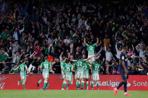 Los futbolistas del Betis celebran uno de sus goles durante el partido de este domingo en el estadio Benito Villamarín de Sevilla.