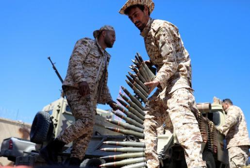 Al menos dos civiles murieron y otros siete resultaron heridos en el centro de Trípoli durante los ataques aéreos de las fuerzas del mariscal Jalifa Hafter, hombre fuerte del país, informó el Ministerio de Sanidad afín al Gobierno de Acuerdo Nacional (GNA), y apoyado por la Unión Europea.