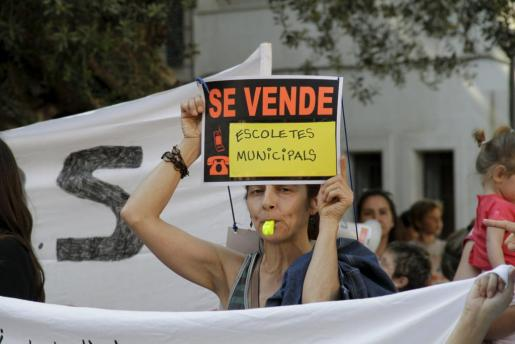 Imagen de la protesta llevada a cabo por más de 200 personas en la plaza de Cort.