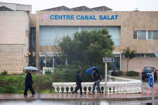 Vista de la fachada del centro de salud del Canal Salat de Ciutadella en Menorca este lunes donde se ha detectado el segundo caso de coronavirus en Menorca.