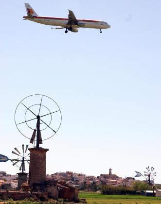 Un avión sobrevuela el Pla de Sant Jordi (Palma).