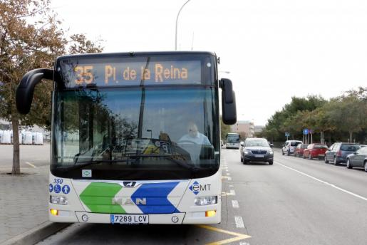 Imagen de un autobús de la EMT.
