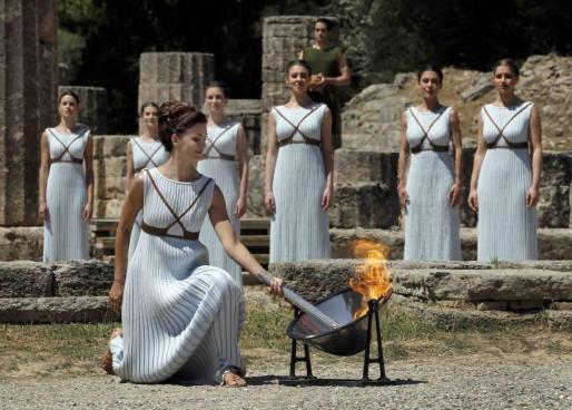 Imagen de un anterior encendido de la antorcha olímpica, en Atenas.